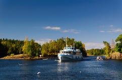 Nave passeggeri su un lago del Nord Immagini Stock Libere da Diritti