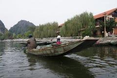 Nave passeggeri vicino alla scogliera del fiume Fotografia Stock