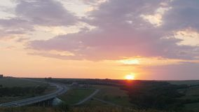 nave Por do sol bonito vale Na estrada que passa carros vídeos de arquivo
