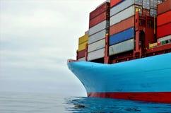 Nave porta-container all'ancora, aspettante per entrare in porto immagine stock libera da diritti