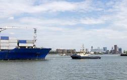 Nave porta-container che entra nel porto di Rotterdam Immagine Stock