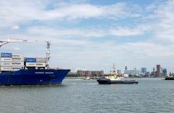 Nave porta-container che entra nel porto di Rotterdam Fotografia Stock