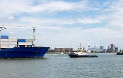 Nave porta-container che entra nel porto di Rotterdam Fotografie Stock Libere da Diritti