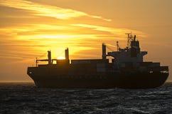 Nave porta-container davanti al tramonto Immagini Stock Libere da Diritti
