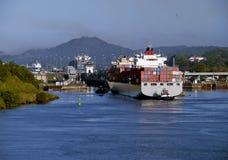 Nave porta-container del canale di Panama, Del rimorchiatore e Fotografia Stock