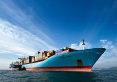 Nave porta-container di Vitaly Vanykhin dell'autocisterna di Bunkering Cornelia Maersk Baia del Nakhodka Mare orientale (del Giap Fotografia Stock Libera da Diritti