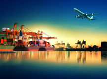 Nave porta-container in importazione, porto dell'esportazione contro la bella mattina l immagine stock libera da diritti