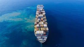 Nave porta-container mega in mare immagini stock