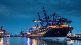 Nave porta-container nel porto di Amburgo/Waltershof fotografie stock libere da diritti