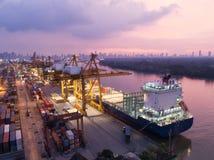 Nave porta-container nell'esportazione ed affare e logistica di importazione Nave fotografia stock