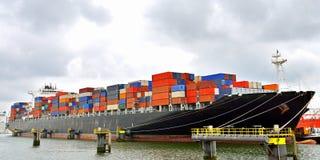 Nave porta-container in porto Immagini Stock Libere da Diritti