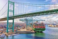 Nave porta-container - porto di Los Angeles immagine stock