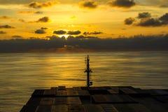 Nave portacontainer che attraversa l'Oceano Atlantico immagine stock