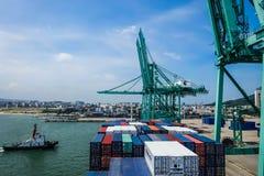 Nave portacontainer di fianco nel porto di Shantou, Cina Immagine Stock