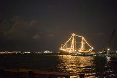 Nave que brilla intensamente en el mar Foto de archivo