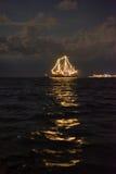 Nave que brilla intensamente en el mar Fotografía de archivo