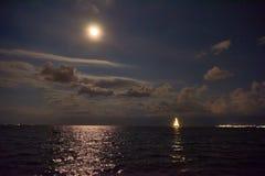 Nave que brilla intensamente en el mar Fotos de archivo