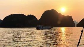 Nave que cruza en la bahía larga de la ha Bahía larga de la ha nosotros la mayoría del destino famoso del viaje en Vietnam, Asia  almacen de metraje de vídeo