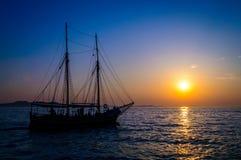 Nave que cruza, navegando en la puesta del sol Imagenes de archivo