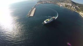 Nave que deja el puerto de Pythagorio en la isla de Samos almacen de metraje de vídeo