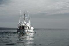 Nave que dirige hacia fuera al mar Fotografía de archivo libre de regalías