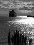 Nave que entra en el puerto, vertical Imagen de archivo