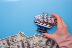 nave que flota en ondas imagen de archivo libre de regalías