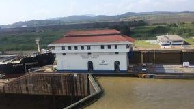 Nave que sale el Canal de Panamá Imagen de archivo libre de regalías
