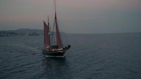 Nave retra grande con el equipo de la navegación a bordo el paso cerca almacen de video