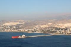Nave roja del cargo en el puerto de Chekka en Líbano Fotografía de archivo libre de regalías