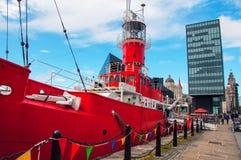 Nave roja en Albert Dock en Liverpool, Reino Unido Fotos de archivo