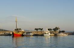 Nave roja en un puerto Imágenes de archivo libres de regalías