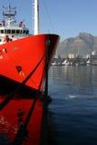 Nave rossa nella baia della Tabella immagini stock libere da diritti