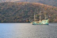 Nave sopra il lago nella stagione di caduta Fotografia Stock