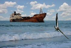 Nave Sunken su un litorale a distanza fotografia stock libera da diritti