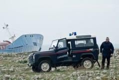 Nave trenzada de la gasolina en Sicilia y policía italiana Foto de archivo libre de regalías