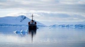 Nave turística anclada en el agua tranquila de la Antártida foto de archivo libre de regalías