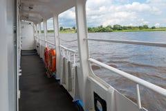 Nave turística de la cubierta a viajar en el río Volkhov Foto de archivo