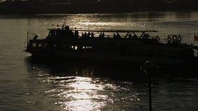 Nave turística de la travesía, río de Angara, Rusia almacen de metraje de vídeo