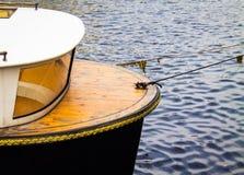 Nave turística en el río atado a la orilla con una cuerda Fotos de archivo libres de regalías