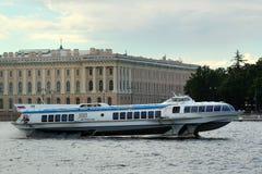 """Nave turistica """"Meteor-190 """"sul fiume di Neva a St Petersburg centrale, Russia fotografie stock"""