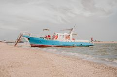 Nave turistica blu al pilastro nell'isola della treccia di Yeisk immagini stock libere da diritti