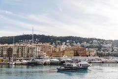 nave turistica che passa porto di vecchia città europea situata sulla spiaggia fotografia stock