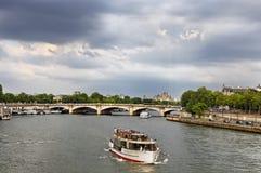 Nave turística en Seine Imágenes de archivo libres de regalías