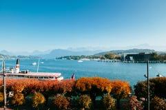 Nave a vapore facente un giro turistico al pilastro in lago Lucerna, con l'albero di autunno switzerland fotografia stock libera da diritti