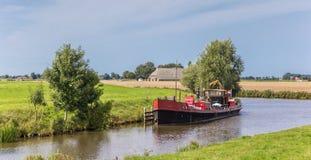 Nave vieja en el río de Reitdiep cerca de Aduarderzijl Fotografía de archivo