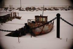 Nave vieja oxidada debajo del cielo abierto en invierno Fotografía de archivo