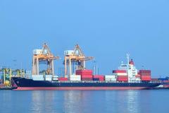 Nave y envase comerciales en el uso del puerto para la importación, exportación y fotografía de archivo libre de regalías