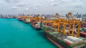 Nave y envase del puerto marítimo para el fondo internacional del concepto de las importaciones/exportaciones o del transporte fotografía de archivo