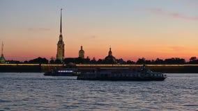 Navegação de Neva, fortaleza do ` s de Peter-Pavel no alvorecer video estoque